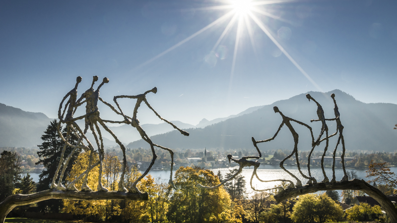 Skulptur des Künstlers Heinz Viehwegers am Leeberg, im Hintergrund die Bucht von Rottach-Egern * Sculpture of local artist Heinz Viehweger with the bay of Rottach-Egern in the background