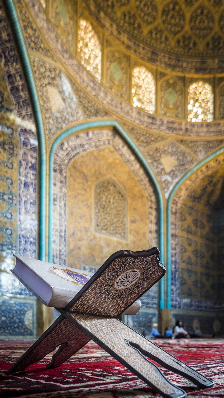 Iran, Isfahan, Koran in der Scheich-Lotfollāh-Moschee, Asien, 18.07.2014