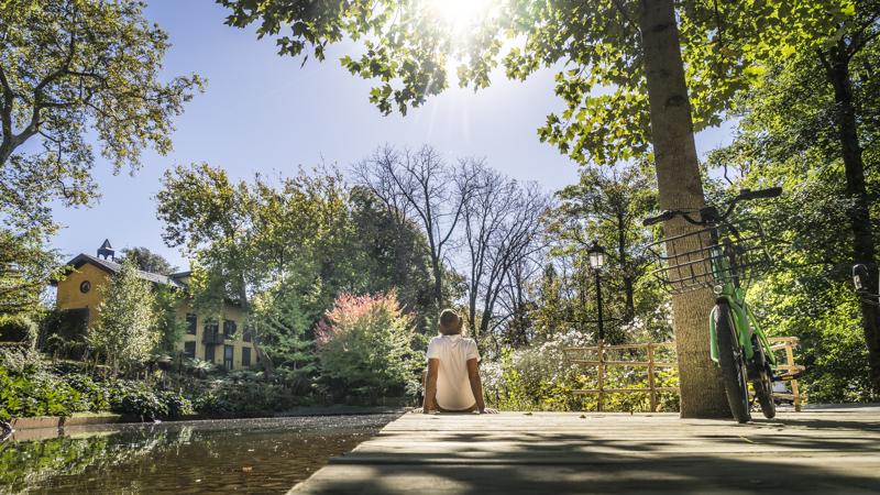 Ausruhen an einem Teich im Cristina-Enea-Park, einem von zahlreichen Parks der Stadt