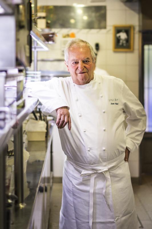"""Starkoch Jose Mari Arzak (drei Michelin-Sterne) in seinem Restaurant """"Arzak"""": 30 Köche  kochen bei ihm für maximal 70 Gäste"""
