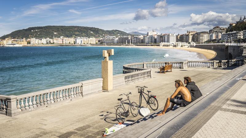 Surfer am größten Strand der Stadt, der Bahía de La Concha