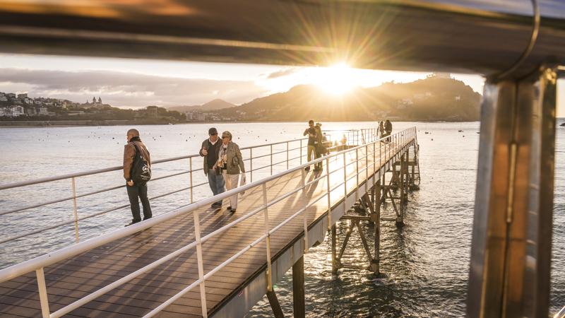 Der neue Steg am Rathaus mit Blick auf die Bahía de La Concha ist abands ein beliebter Treppunkt