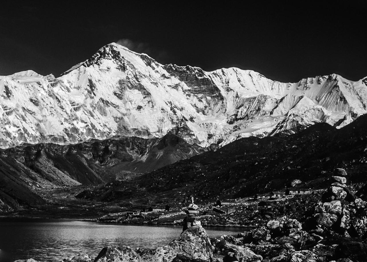 Schneefahne am Cho Oyu (8.201 m), im Vordergrund der See von Goyko. Solo Khumbu, Nepal