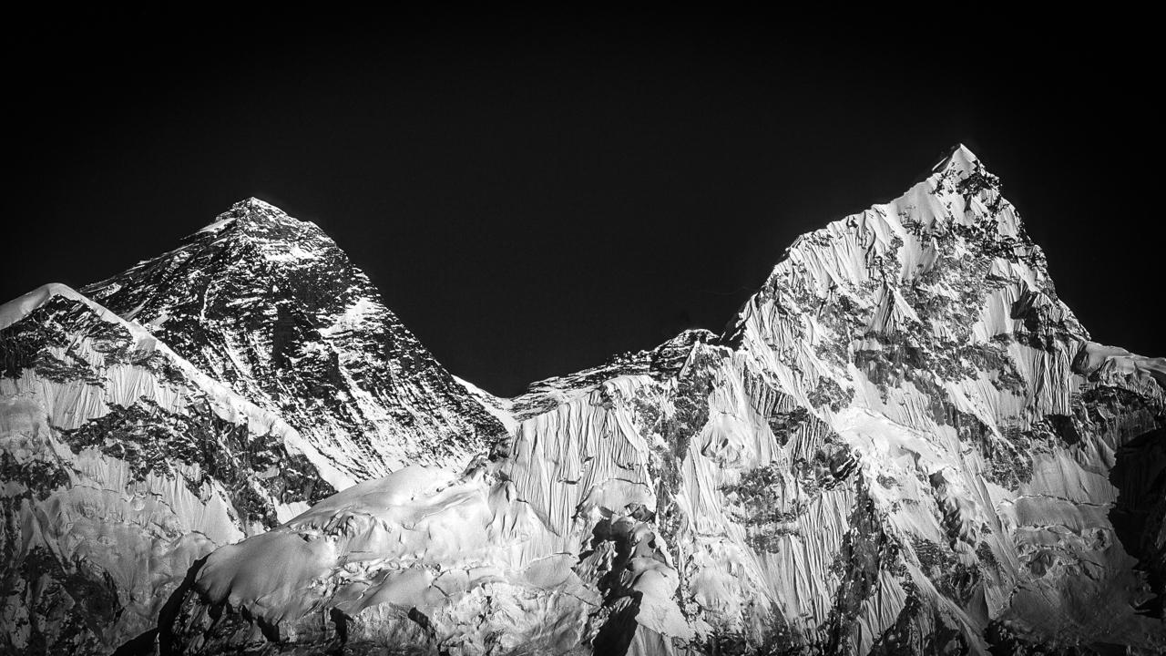 Mount Everest (links, 8.848 m) & Nuptse (7.861m) im Abendlicht. Vom Gipfel des Kala Patthar aus gesehen, wirken beide Berge gleich hoch....