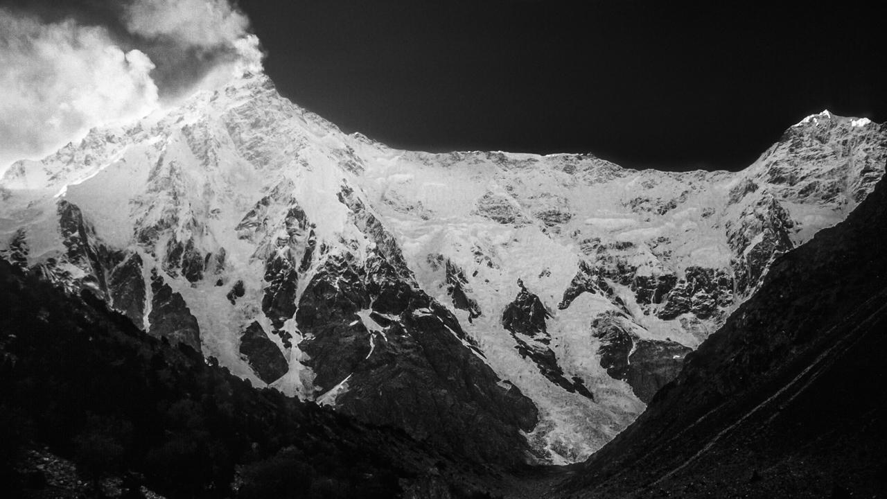 Die Rupalwand am Nanga Parbat(8.126 m), mit 4.500 Metern die höchste Fels- und Eiswand der Erde. Die Dimensionen erahnen kann man erst, wenn am Nachmittag die Lawinen vom Gipfelgrat abbrechen: Nach einer halben Minute erst erreicht der Donner das Basislager! Gilgit-Balstistan, Pakistan