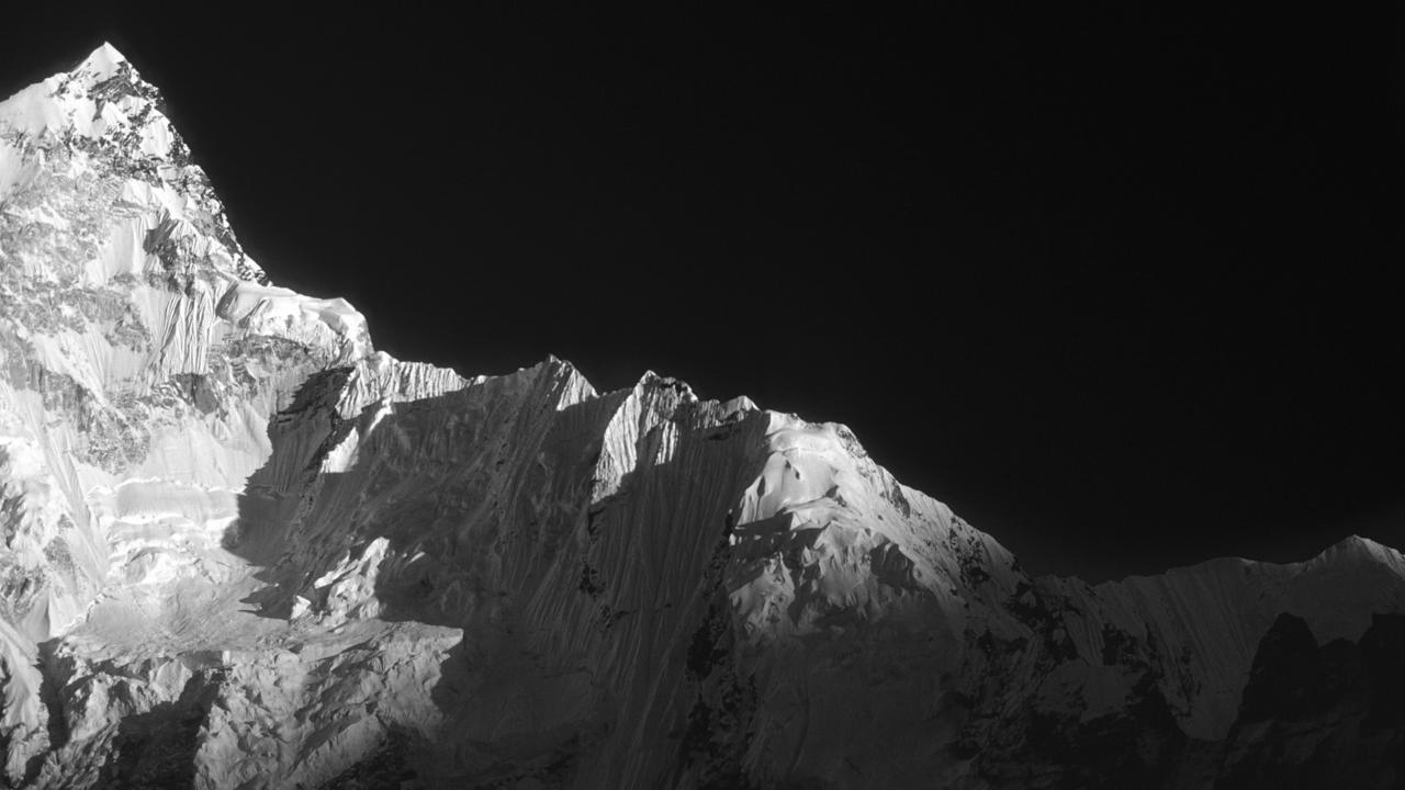 Himmelsleiter: Südwestgrat des Nuptse, (7.861 m) im Abendlicht. Solo Khumbu, Nepal