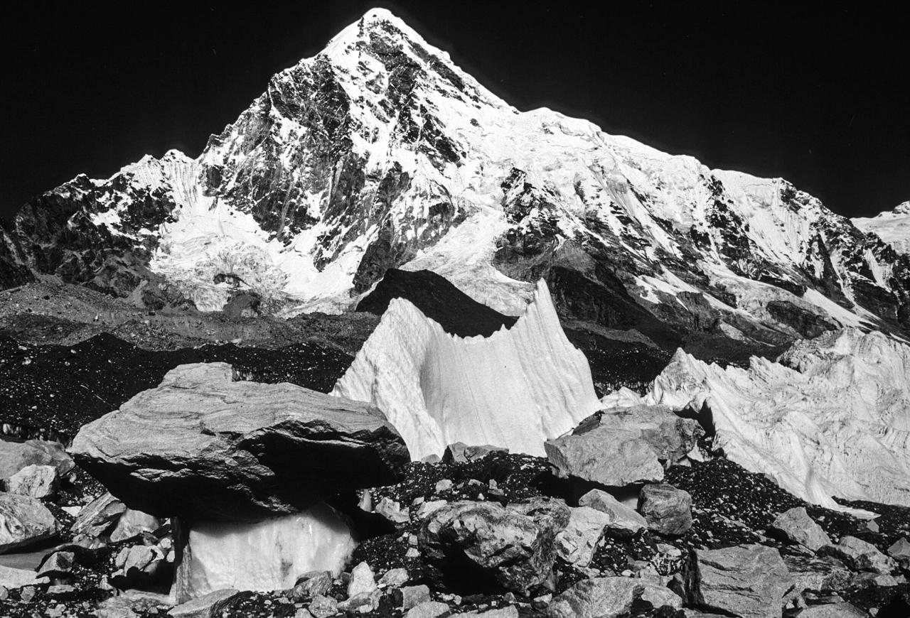 Aussicht mit Gletschertisch: Pumori (7.161 m) vom Khumbugletscher aus gesehen, nah am Everest-Basecamp. Solo Khumbu, Nepal
