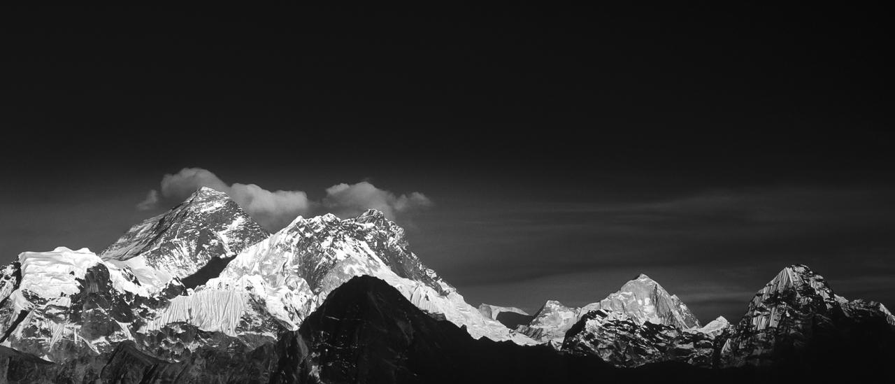 Drei Achttausender auf einen Blick: Mount Everest (links, 8.848 m) & Lhotse (8.516 m) und Makalu (8.481 m) im Abendlicht. Der Berg rechts ist der Baruntse (7.129 m). Solo Khumbu, Nepal