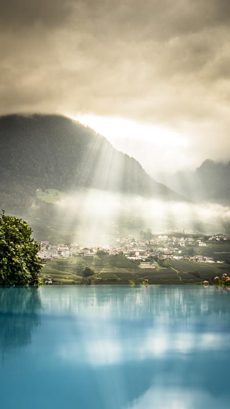 Blick morgens vom Golserhof-Pool auf Schenna