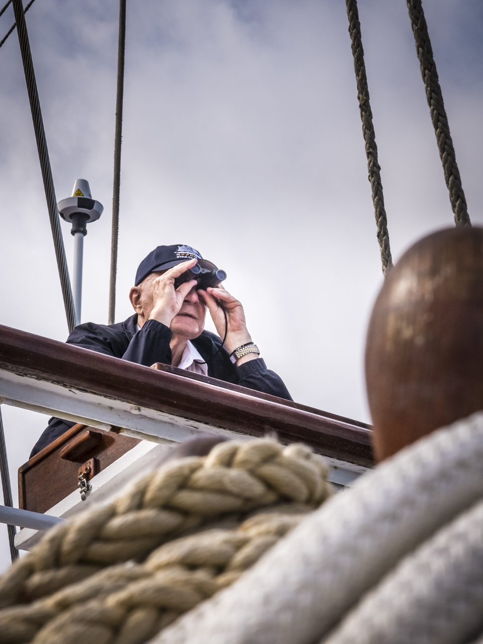 Kapitän auf der Brücke