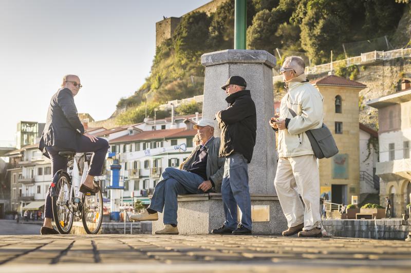 Männer am alten Fischerhafen unterhalb des Festungsbergs