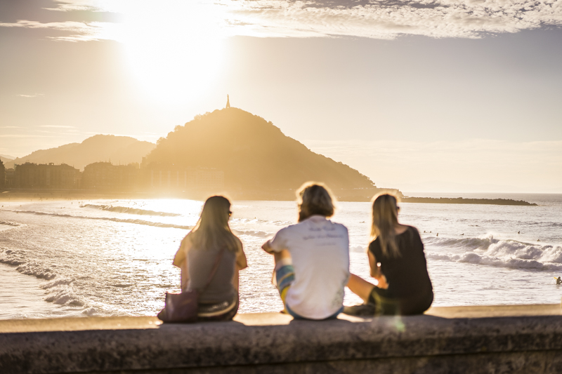Abendstimmung an der Playa de Zurriola mit Blick zum Festungsberg Monte Urgull mendia