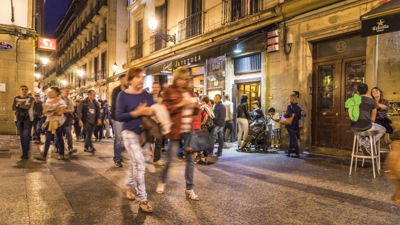 Abends in 31 de Agosto Kalea, eine der beliebsten Altstadtgassen zum Ausgehen