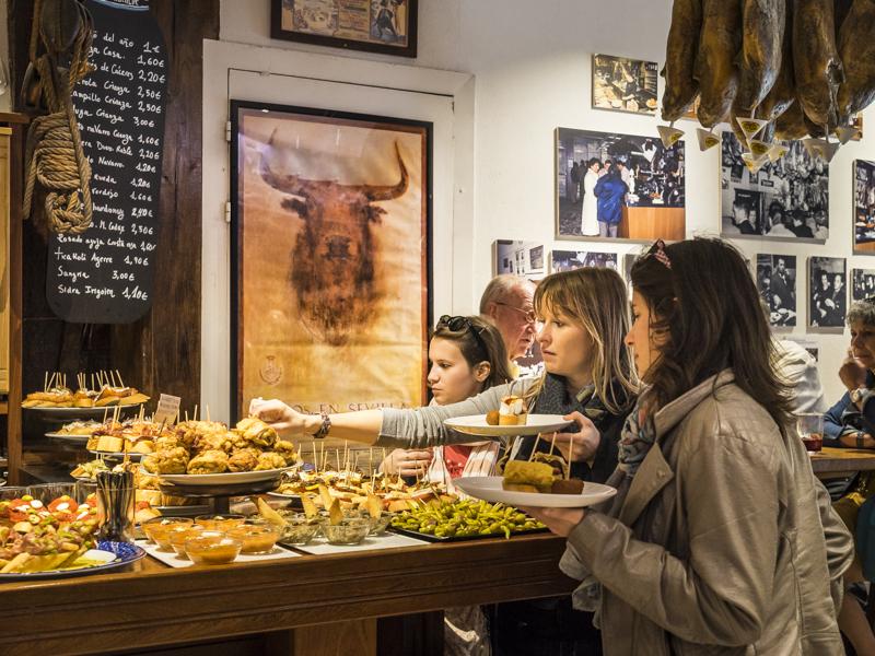 """Pintxo (baskische Tapas)-Bar """"Casa Alcalde"""": die größte Pintxo-Auswahl in der Altstadt"""