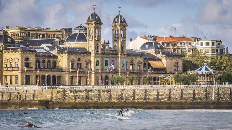 Bahía der La Concha, größter Strand der Stadt, im Hintergrund das Rathaus mit seinem Doppelturm
