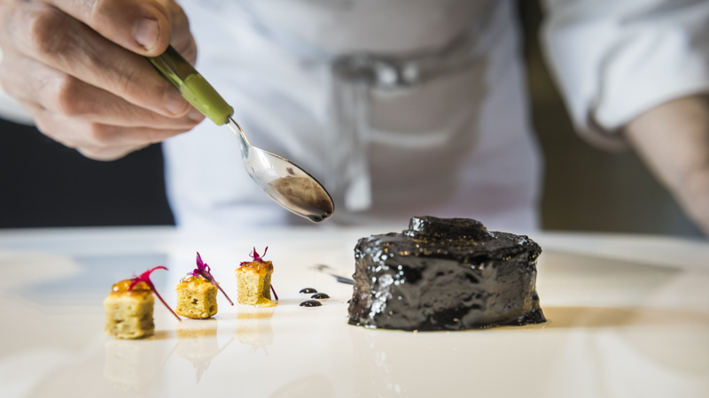 """Restaurant """"Arzak"""" von Starkoch Jose Mari Arzak: Schokoladenkuchen und frischen Aromen aus Minze, Neroli-Blüte und Kiwi"""