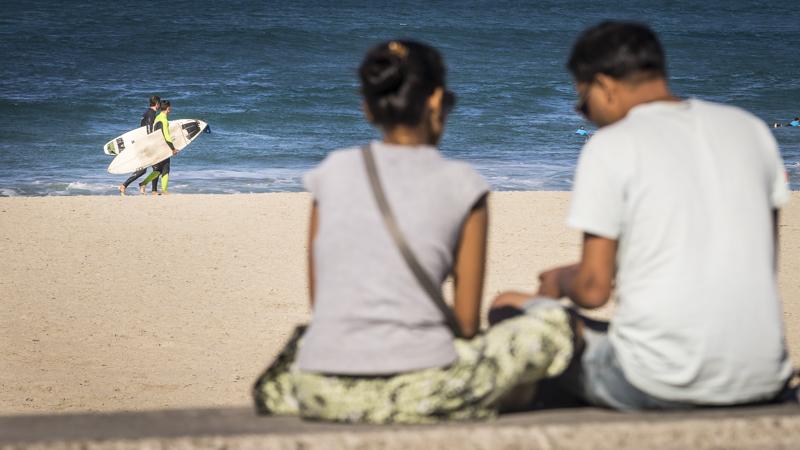 Surfer an der Playa de Zurriola, dem zweitgrößten Strand der Stadt