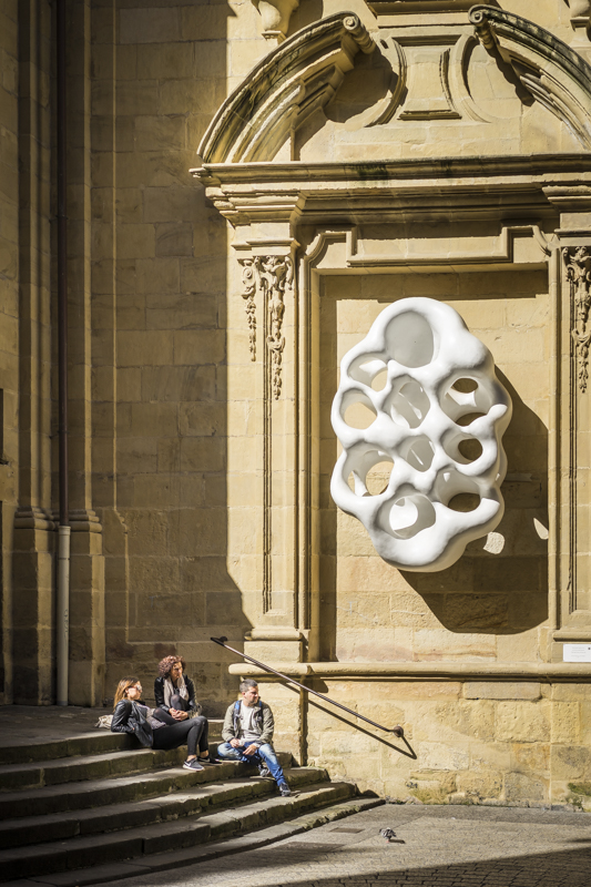 Moderne Kunst an der Kirche Santa María, der größten Kirche der Altstadt