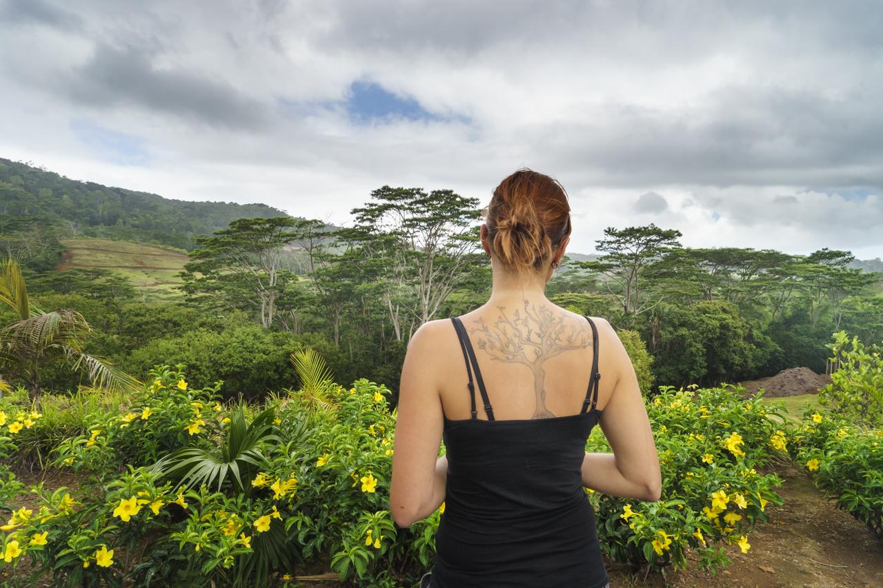 """Besucherin vor der""""Rhumerie de Chamarel"""" mit passendem Tattoo"""