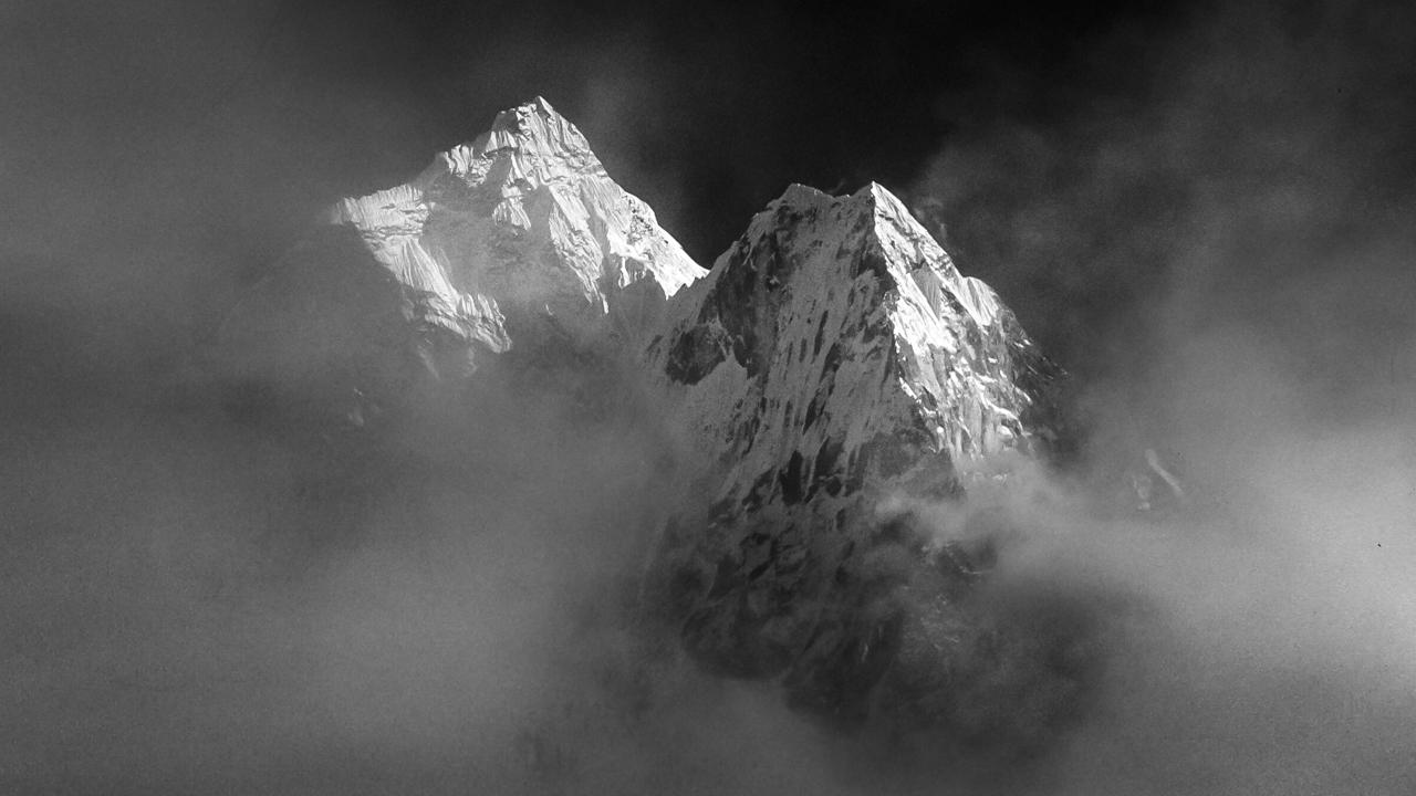 Ein irrer Augenblick, wenn einer der schönsten Berge der Welt plötzlich aus den Wolken auftaucht: Ama Dablam (6814 m). Solo Khumbu, Nepal