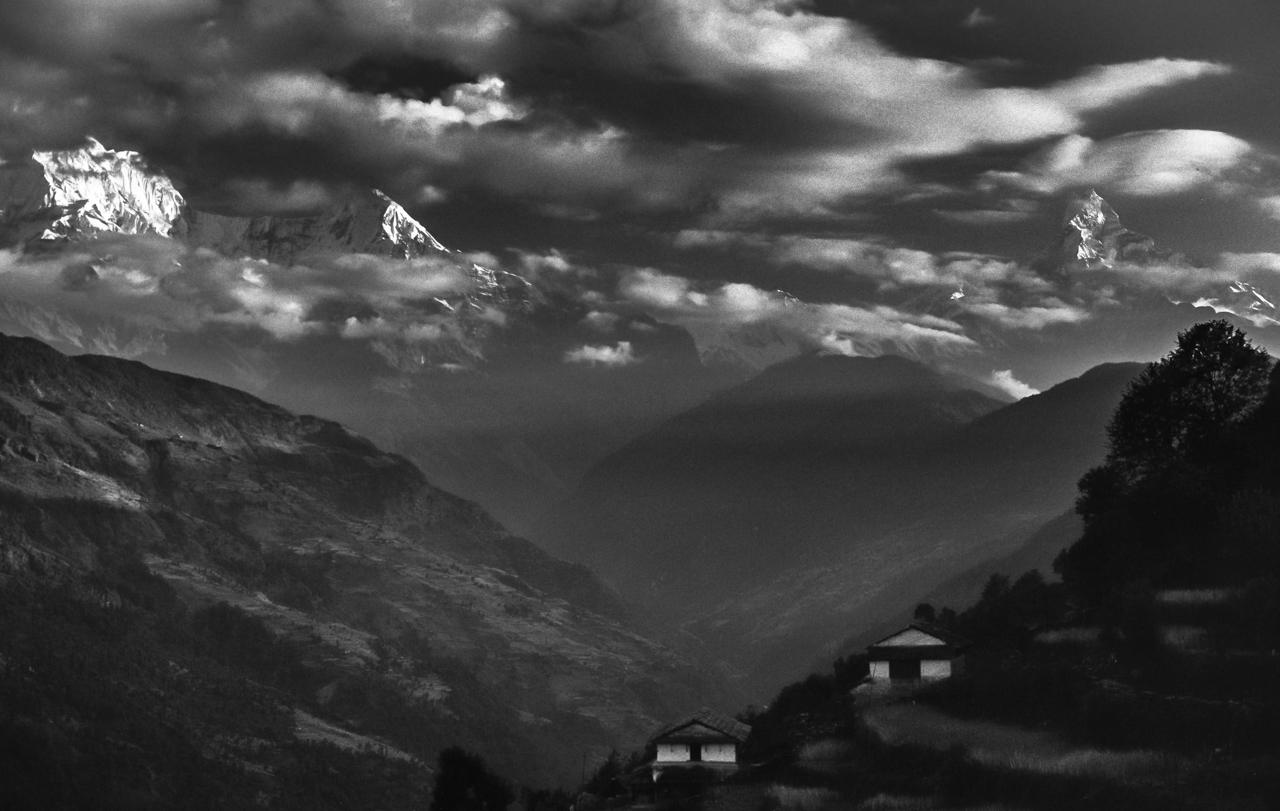 Berg wie Wolkenwesen: Annapurna South, 7219m, Machapuchare, 6997m vom Dorf Lumle aus gesehen. Myagdi, West-Nepal